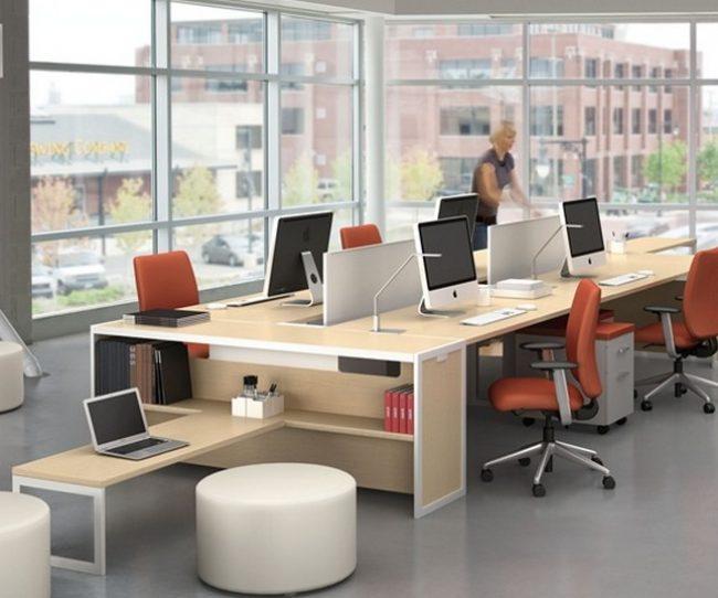 những văn phòng chỉ có diện tích nhỏ hẹp thì nên lựa chọn bàn nhỏ, đơn giản sẽ giúp văn phòng thông thoáng hơn
