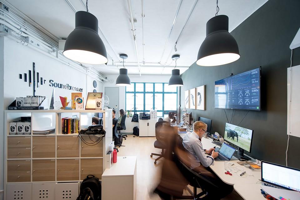 Tùy vào khu vực và diện tích văn phòng cho thuê, bạn cần bố trí chia không gian và nội thất hợp lý khoa học