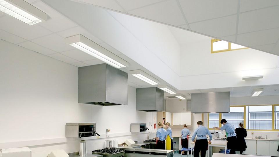 Bề mặt tấm thạch cao thiết kế chiếm càng nhiều diện tích bề mặt một văn phòng, thì ánh sáng tự nhiên