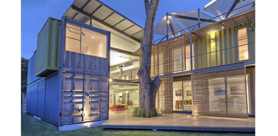 Nhà container có thiết kế với cây tuyết tùng phía trước