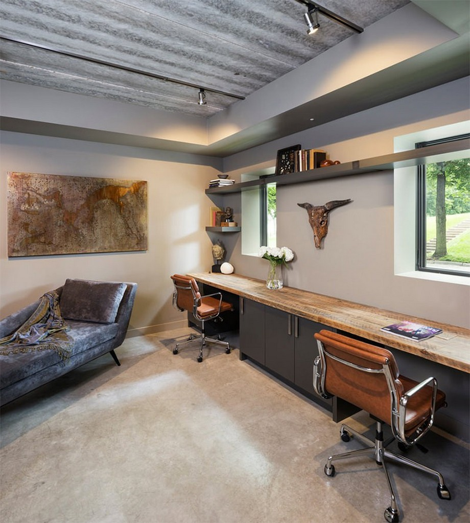 Thiết kế nội thất phòng làm việc tại nhà nhỏ phong cách lạ với dãy bàn gỗ mộc dài và có thêm chiếc sofa giường bên cạnh