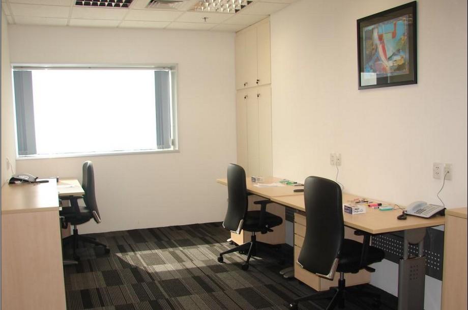 Nội thất phòng làm việc nhỏ thiết kế thông thoáng với 3 chỗ ngồi