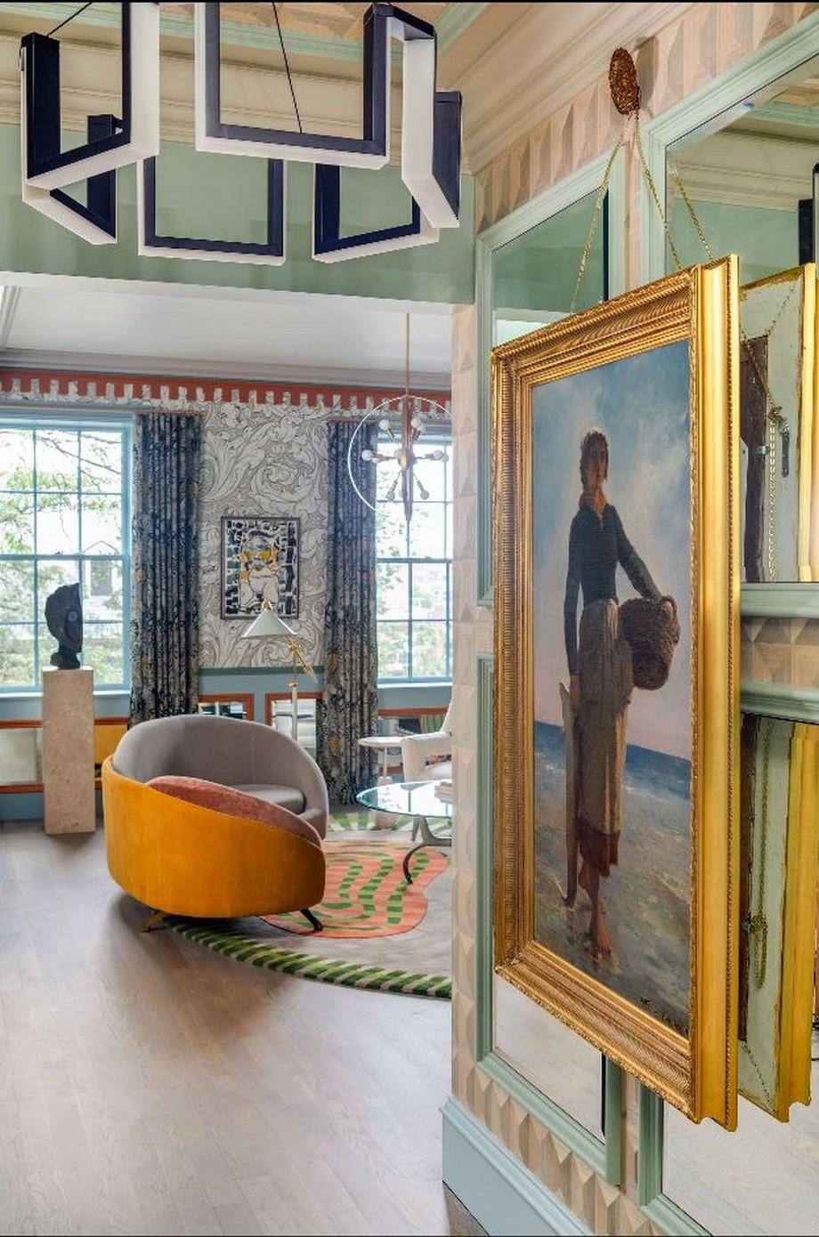 Một bức tranh sơn dầu cổ treo ở hành lang
