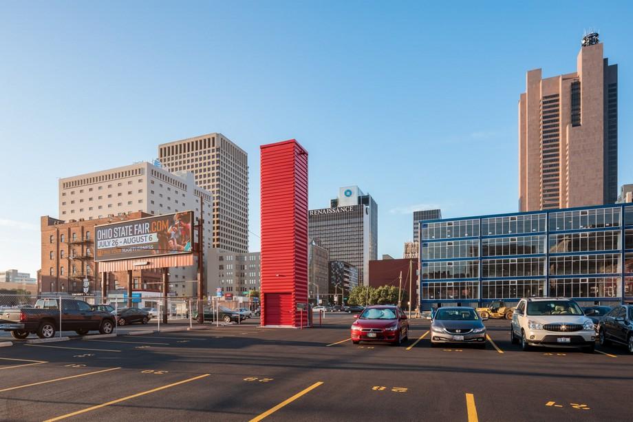 Tòa tháp đỗ xe làm từ thùng container màu đỏ tươi nổi bật