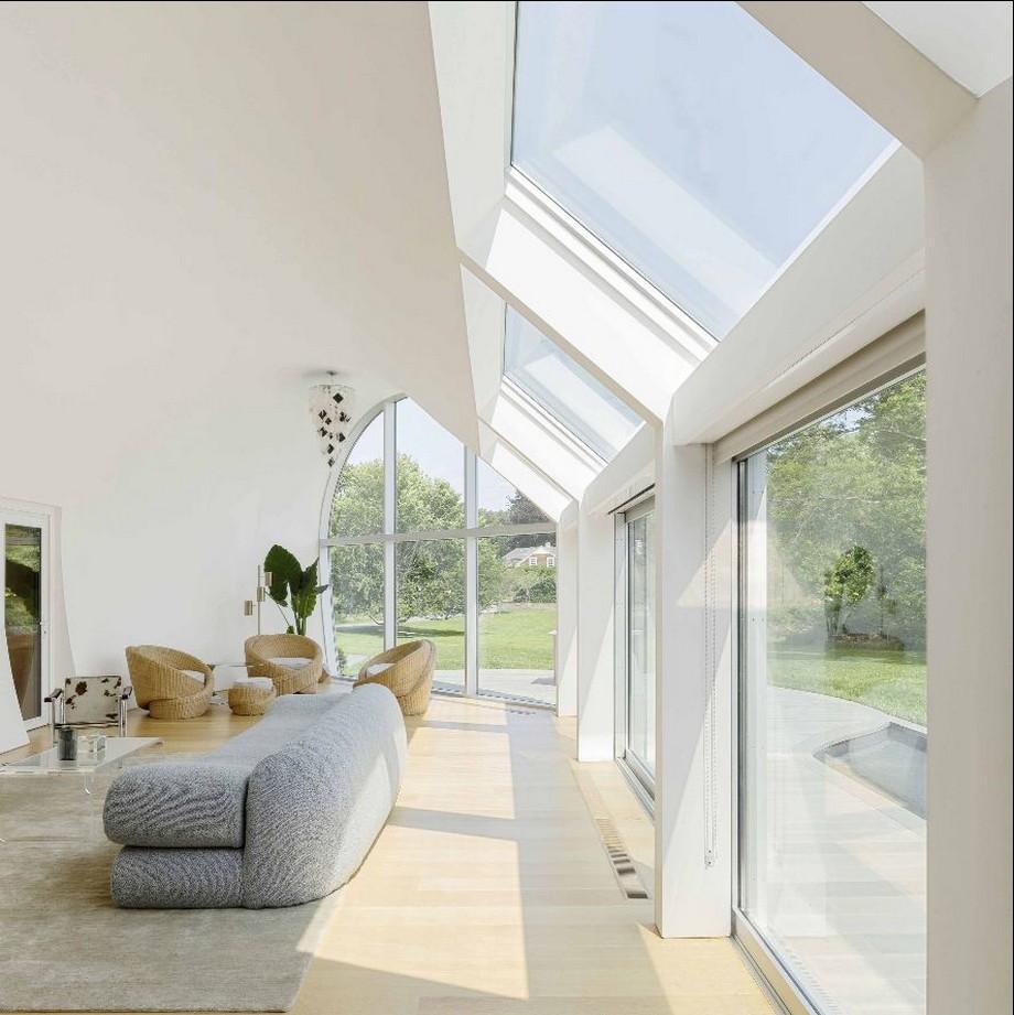 Phòng khách luôn được chiếu sáng với ánh sáng mặt trời qua các cửa kính