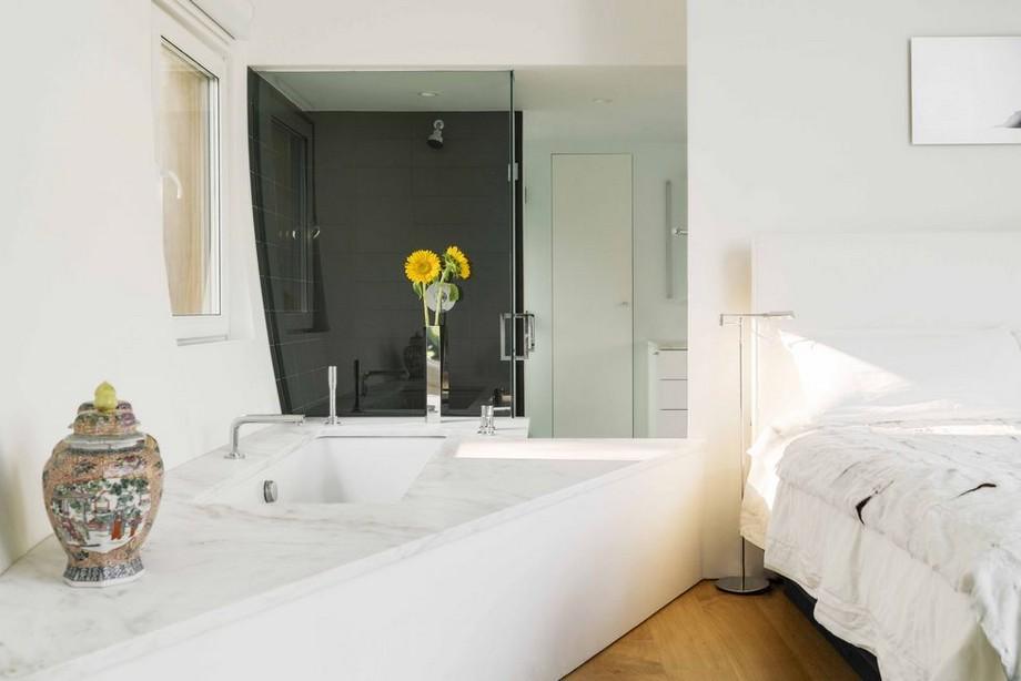 Phòng tắm với bồn tắm nằm thiết kế chéo góc thú vị