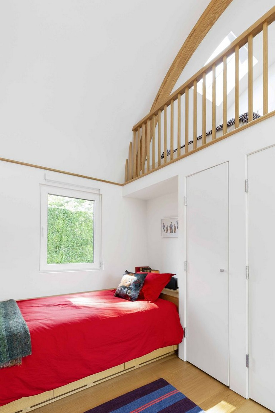 Phòng ngủ trẻ em có 2 cửa sổ nhỏ chiếu sáng