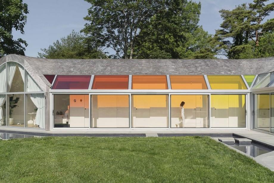 Xung quanh nhà là cửa kính trượt đóng vai trò như các bức tường kính