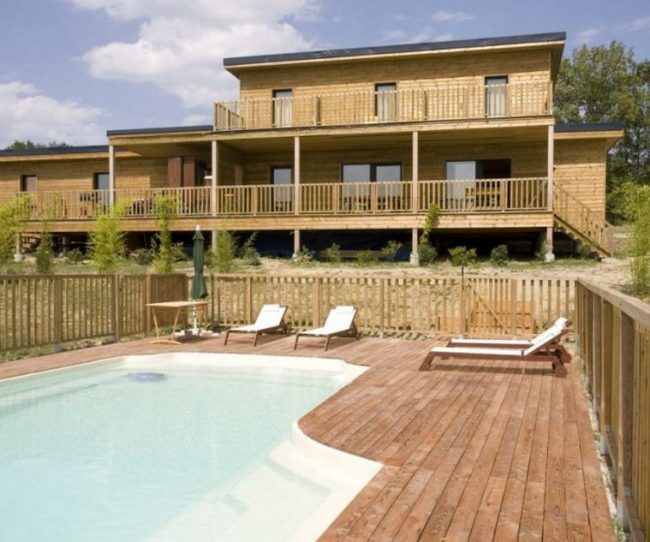 Thiết kế nhà gỗ có hồ bơi