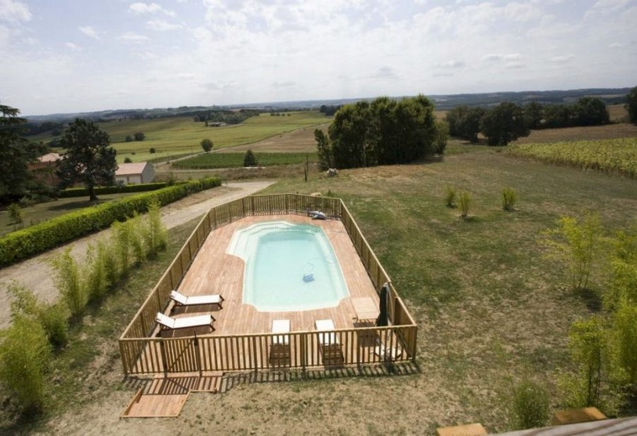 Hồ bơi của ngôi nhà được thiết kế với nền gỗ, được bao quanh bởi hàng rào bằng gỗ, đây là nỏi thư giãn lý tưởng cho các thành viên trong gia đình