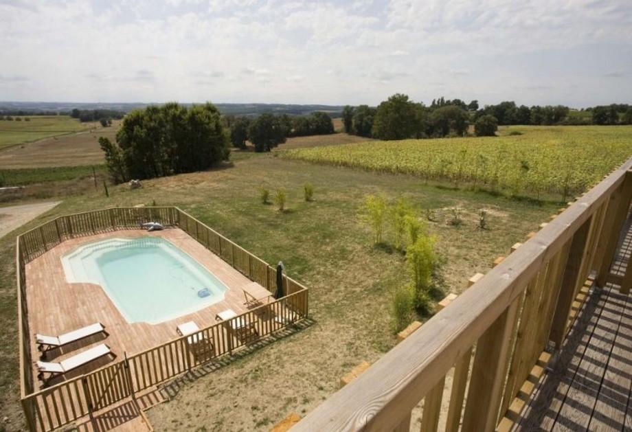 Từ ban công tầng 2 có thể nhìn xuống bể bơi cùng khung cảnh nông thôn với cây cỏ xanh mướt