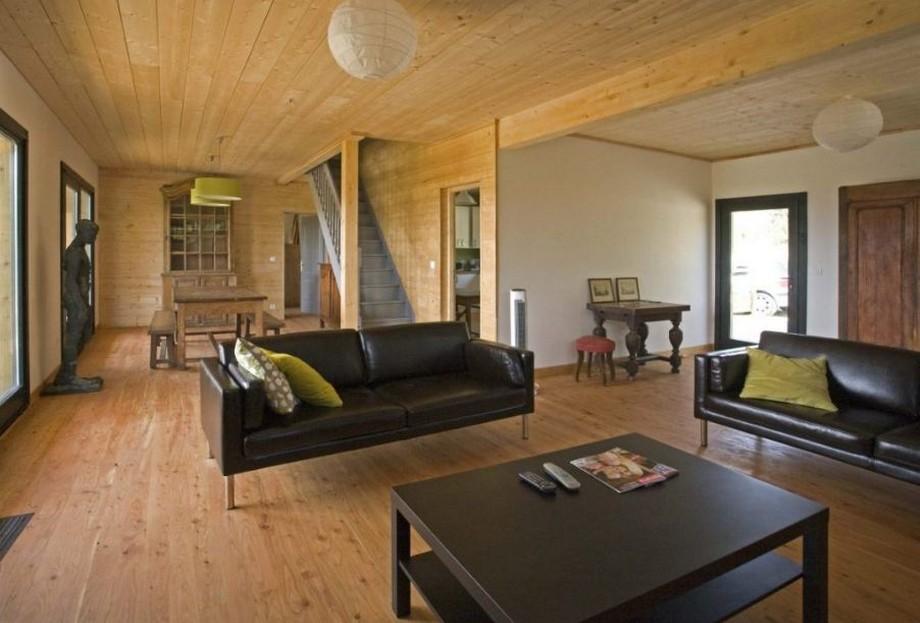 Thiết kế không gian phòng khách lớn với bộ bàn ghế sofa màu đen sang trọng