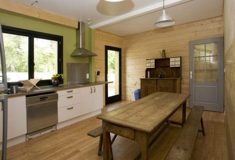 Các mảng tường cùng sàn phòng được ốp lát bằng gỗ