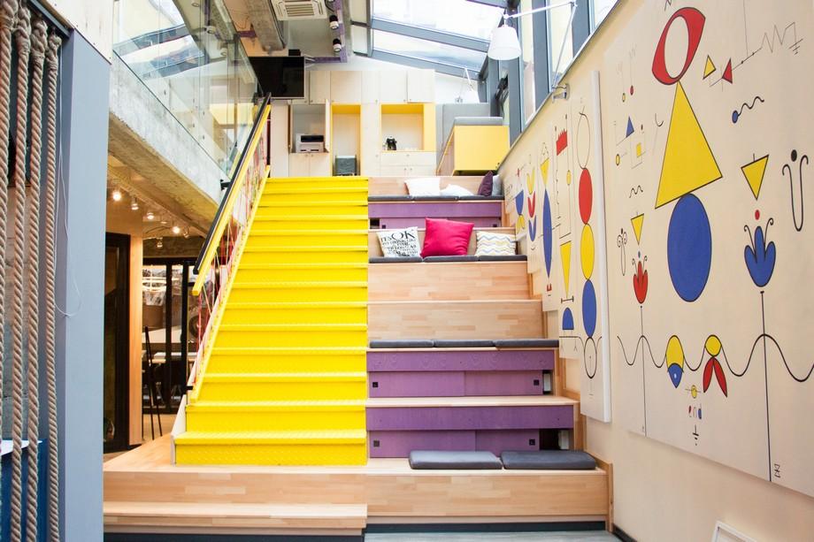 Thiêt kế độc đáo khu vực cầu thang kết hợp với chỗ ngồi làm việc êm ái và không gian mở thoáng đãng