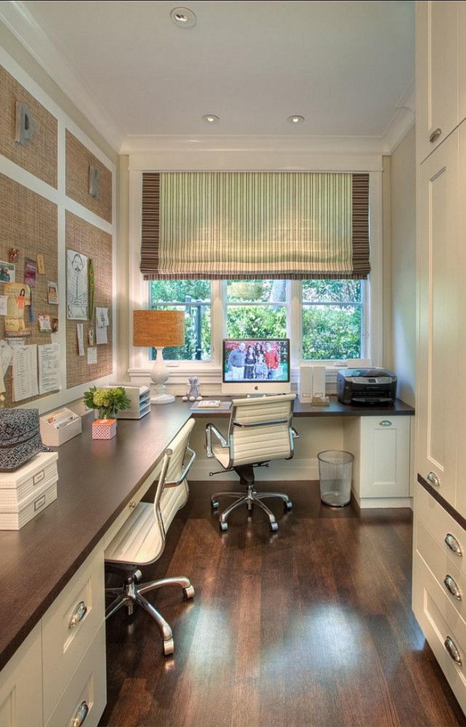 Thiết kế nội thất văn phòng siêu nhỏ với bàn làm việc hình chữ L, bàn làm việc có ngăn và một chiếc tủ tài liệu bố trí phía đối diện, trên tường treo giấy note