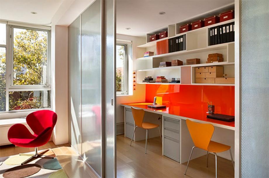 Thiết kế văn phòng siêu nhỏ cho 2 người với tông màu cam nổi bật và giá sách thiết kế đẹp mắt