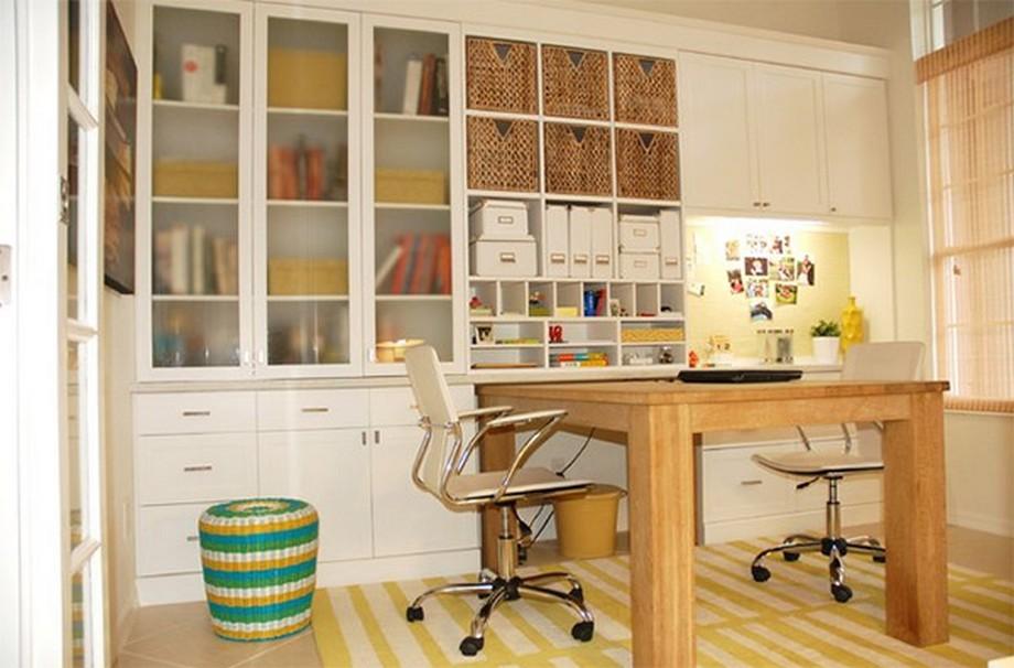 Thiết kế văn phòng siêu nhỏ với chiếc bàn làm việc lớn cho 2 người và hệ tủ trắng bao trọn cả một mảng tường