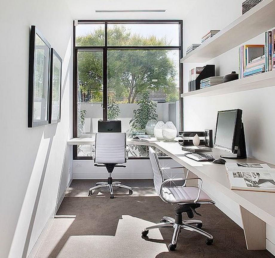 Thiết kế nội thất văn phòng siêu nhỏ phong cách Scandinavian tông màu trắng thanh lịch, bàn làm việc và giá sách có thiết kế tối giản