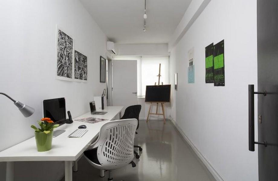 Thiết kế văn phòng siêu nhỏ với thiết kế đơn giản gồm chiếc bàn làm việc dài màu trắng kiểu dáng đơn giản