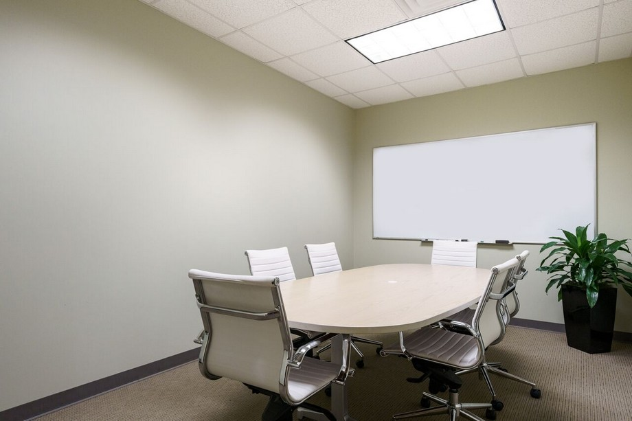 Thiết kế phòng họp ấn tượng với gam màu trắng tinh khiết