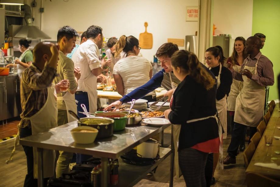 Là một không gian chung mọi người cùng sống , cùng ăn, cùng làm việc