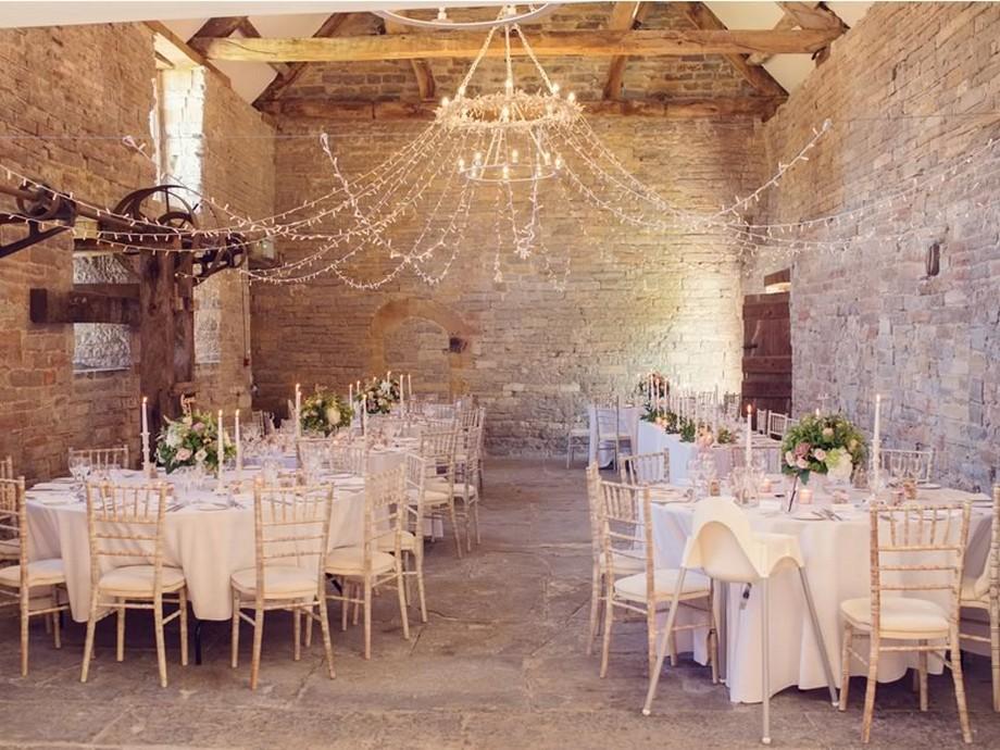 Ý tưởng trang trí hội trường tiệc cưới sử dụng đèn chùm