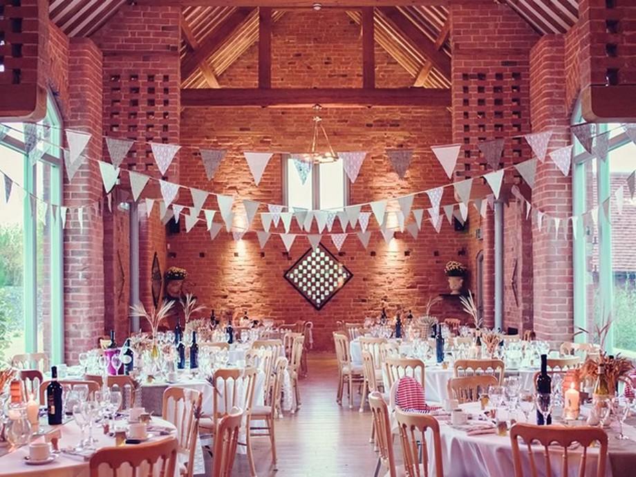 Ý tưởng trang trí hội trường tiệc cưới với tường gạch truyền thống