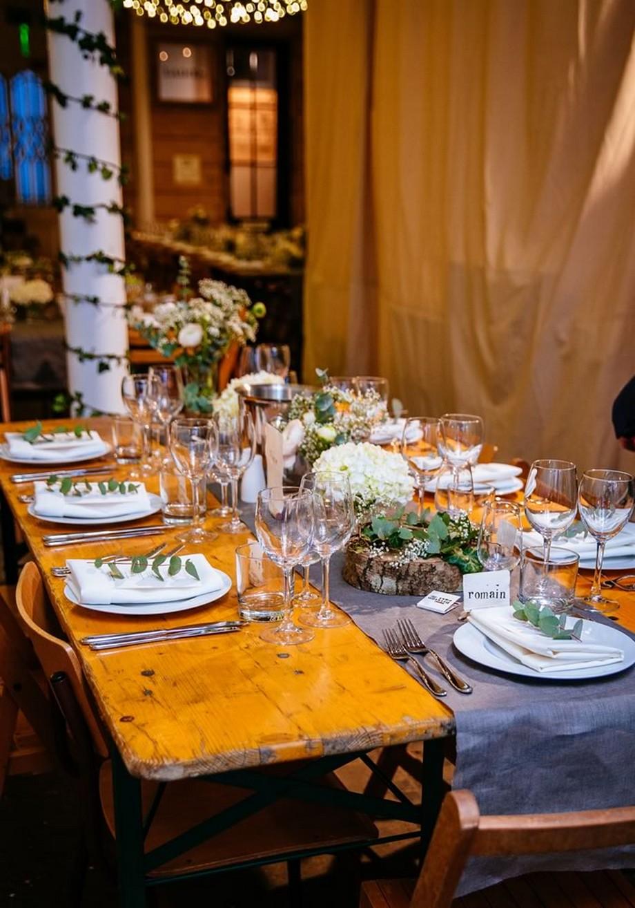 Ý tưởng trang trí hội trường tiệc cưới với chiếc bàn và một chiếc khăn trải bàn ở giữa trải dài