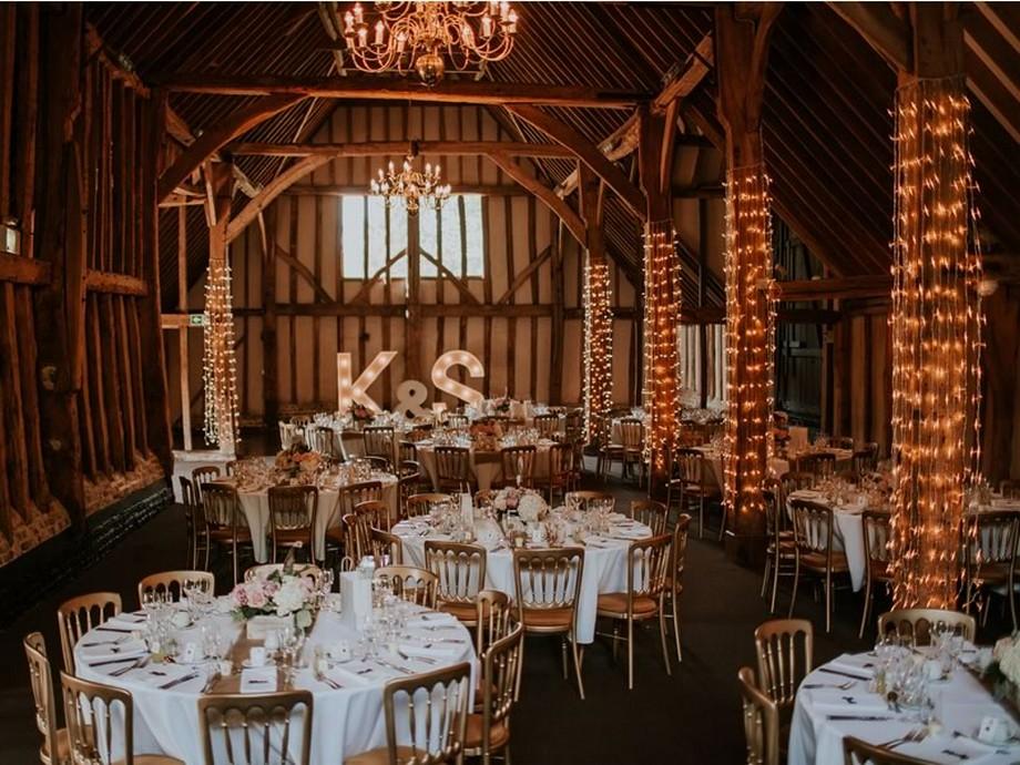 Ý tưởng trang trí hội trường tiệc cưới với những dải đèn quấn quanh cột nhà