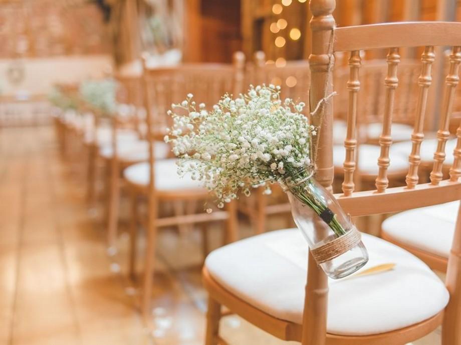 Ý tưởng trang trí hội trường tiệc cưới với những chiếc ghế màu sắc nhẹ nhàng, treo lọ hoa