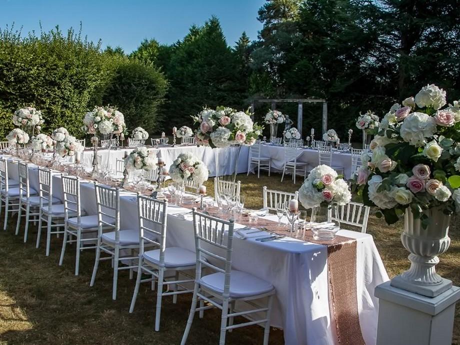 Ý tưởng trang trí hội trường tiệc cưới với những chậu hoa nở lớn, nhỏ trải khắp không gian