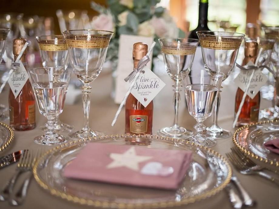 Ý tưởng trang trí hội trường tiệc cưới sử dụng những đồ vật có màu vàng