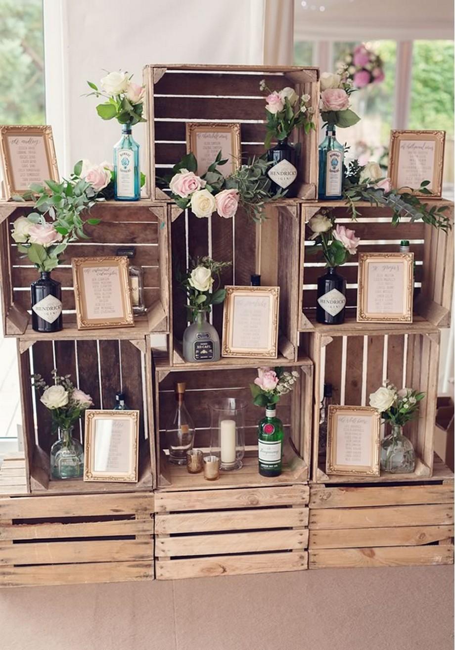 Ý tưởng trang trí hội trường tiệc cưới với những chiếc thùng gỗ xếp chồng lên nhau