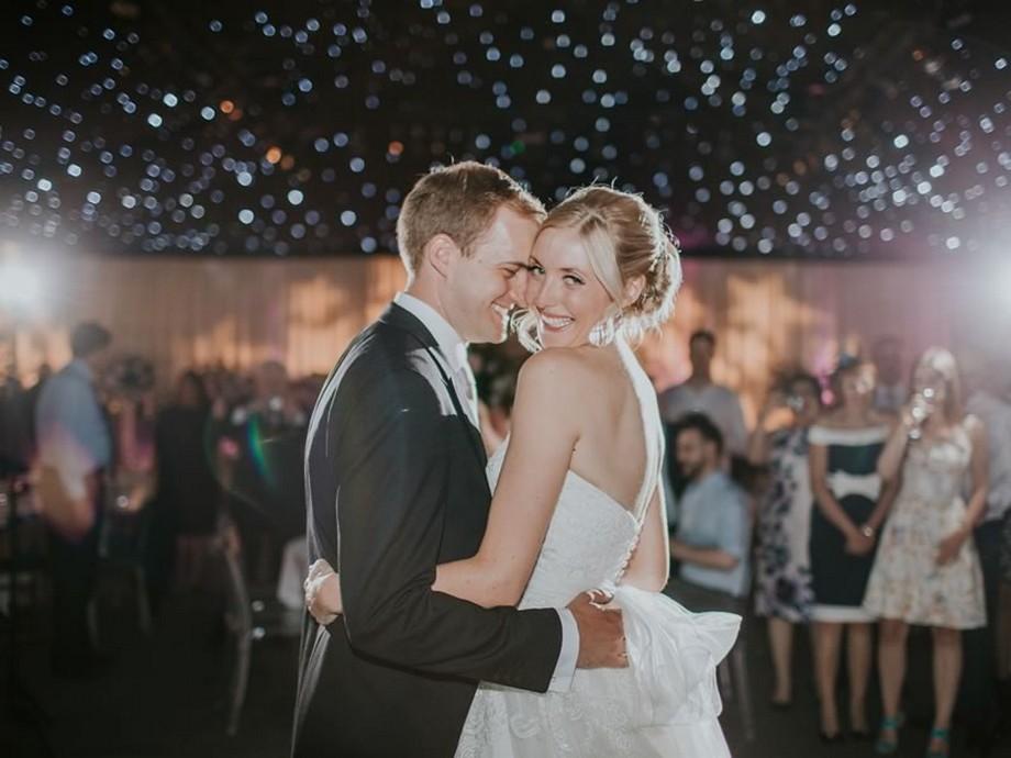 Ý tưởng trang trí hội trường tiệc cưới với trần nhà lấp lánh như những ánh sao