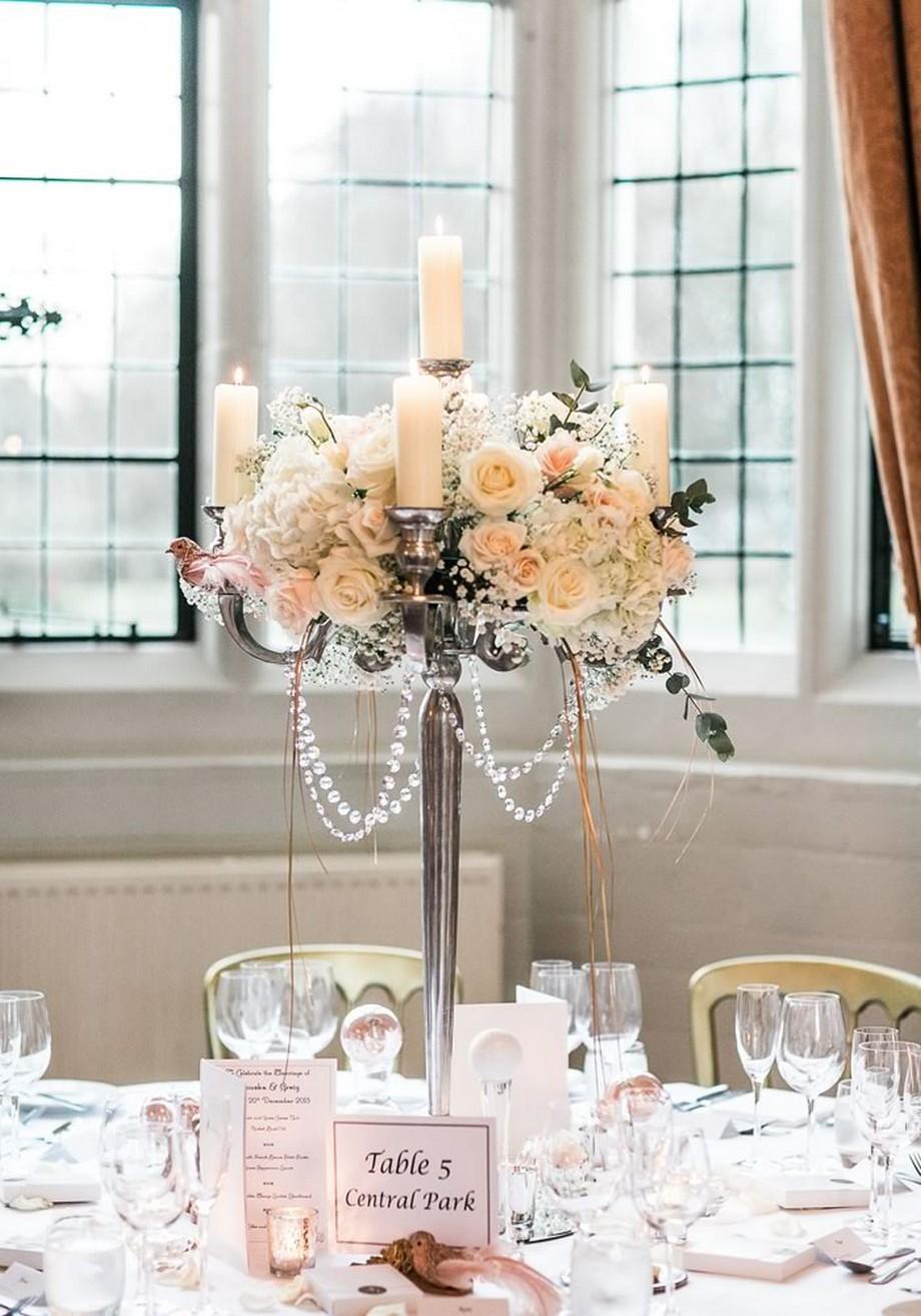 Ý tưởng trang trí hội trường tiệc cưới với chiếc đèn nến kèm hoa hồng, vòng hạt pha lê