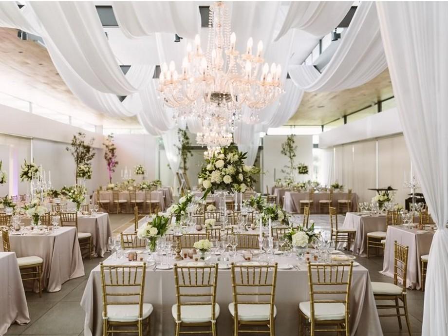 Ý tưởng trang trí hội trường tiệc cưới với những tấm vải trắng bồng bềnh cùng đèm chùm pha lê