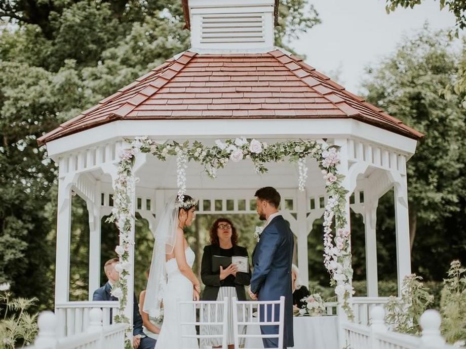 Ý tưởng trang trí hội trường tiệc cưới bằng cách trang trí hoa tại nhà bát giác ngoài trời