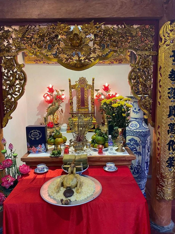 Mâm chính lớn được bày trên chiếc bàn được trải vải màu đỏ truyền thống thể hiện sự sang trọng và ấn tượng.