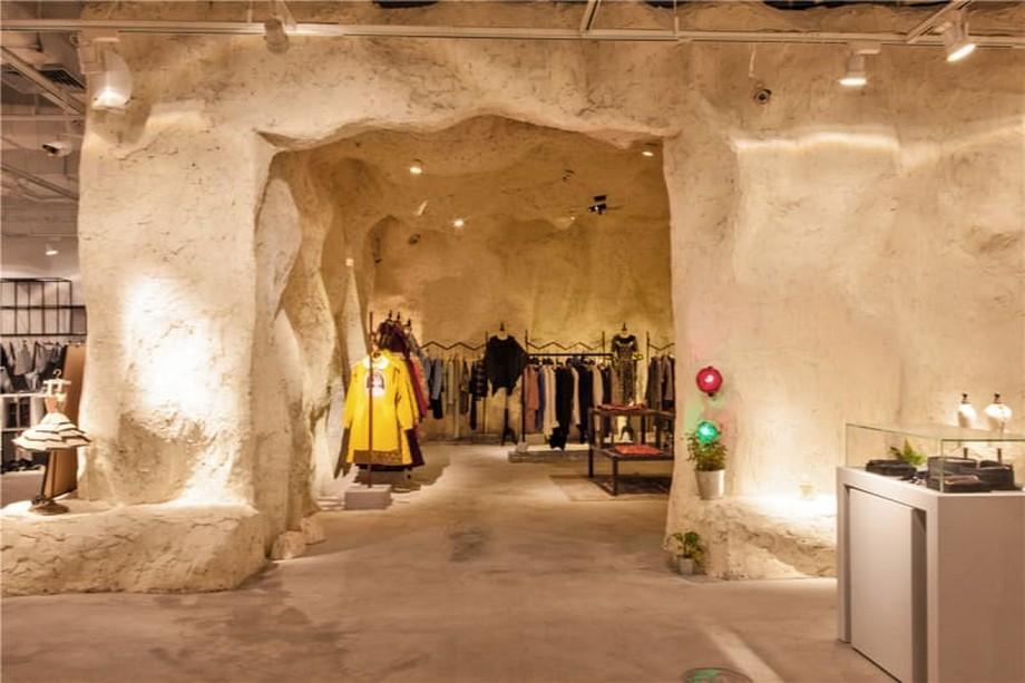 Với thiết kế bí ẩn và lạ thế này, mua quần áo phụ kiện không chỉ là ngắm sản phẩm mà còn là khám phá