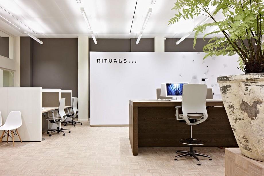 Không gian làm việc có thể cá nhân đơn giản , mỗi người đều có vị trí ngồi khá độc lập và riêng tư