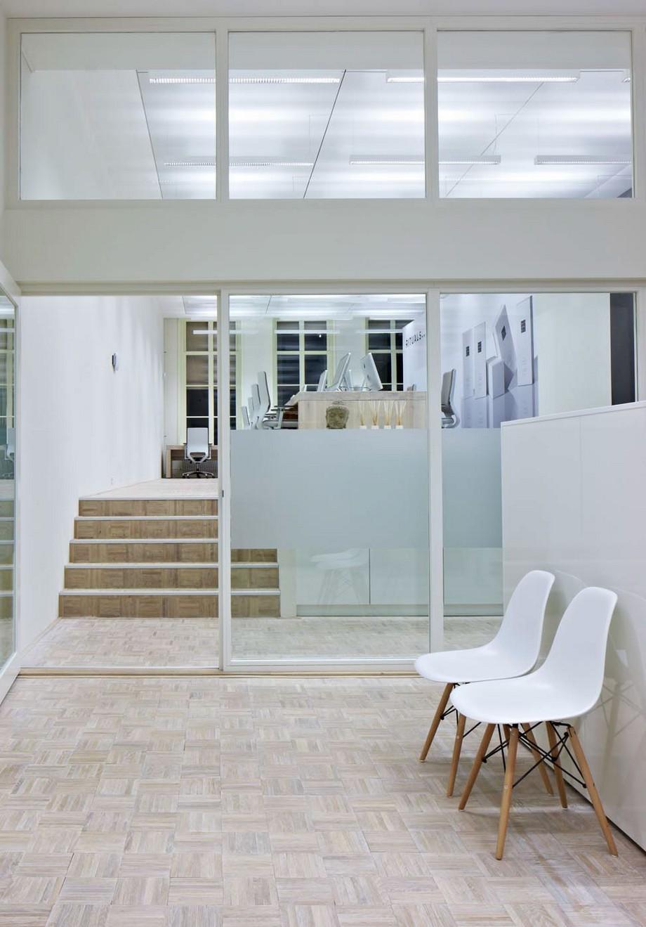 Từ phòng này liên thông với phòng kia các khu vực làm việc được ngăn cách bởi tấm kính trong suốt