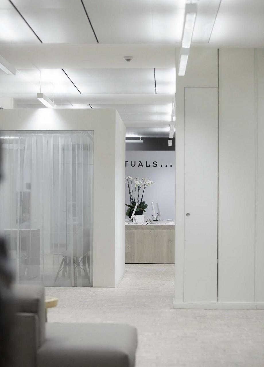 Hành lang văn phòng được trang trí khá nhẹ nhàng tinh tế bởi hai bình hoa lớn