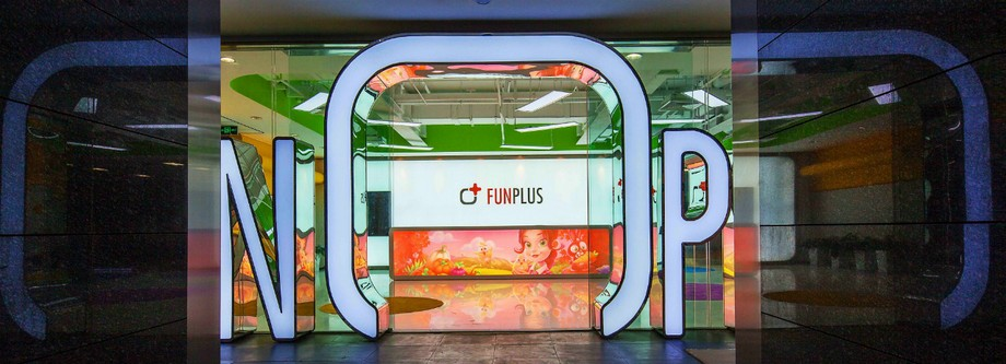 Logo Funplus khổng lồ phát sáng thu hút mọi ánh nhìn