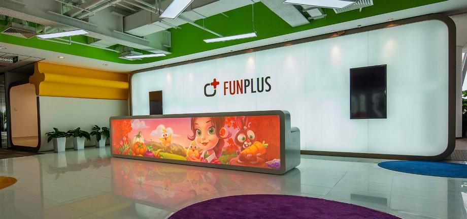 Bàn tiếp tân văn phòng được dán bằng hình ảnh trò chơi nổi tiếng của FanPlus
