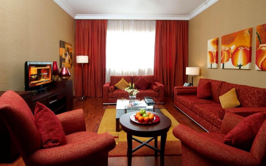 Họa tiết vintage của vải nỉ màu đỏ sofa tương xứng với màu rèm cửa sang trọng