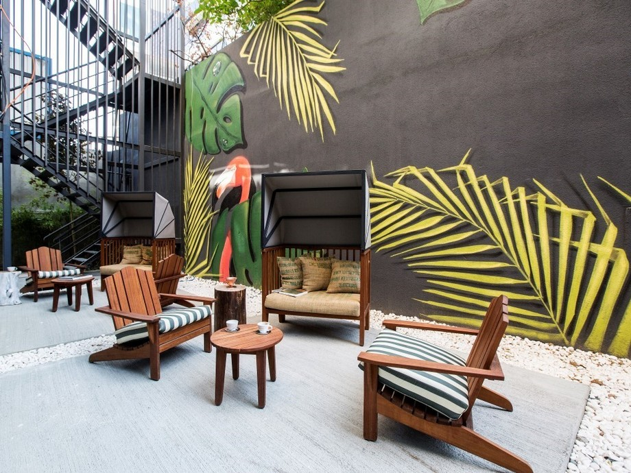 Bàn ghế gỗ với phong cảnh hữu tình tuyệt đẹp trong khuôn viên văn phòng