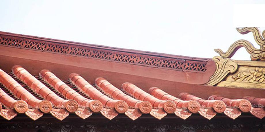 bờ nóc gạch hoa chanh trong kiến trúc mái nhà thờ họ