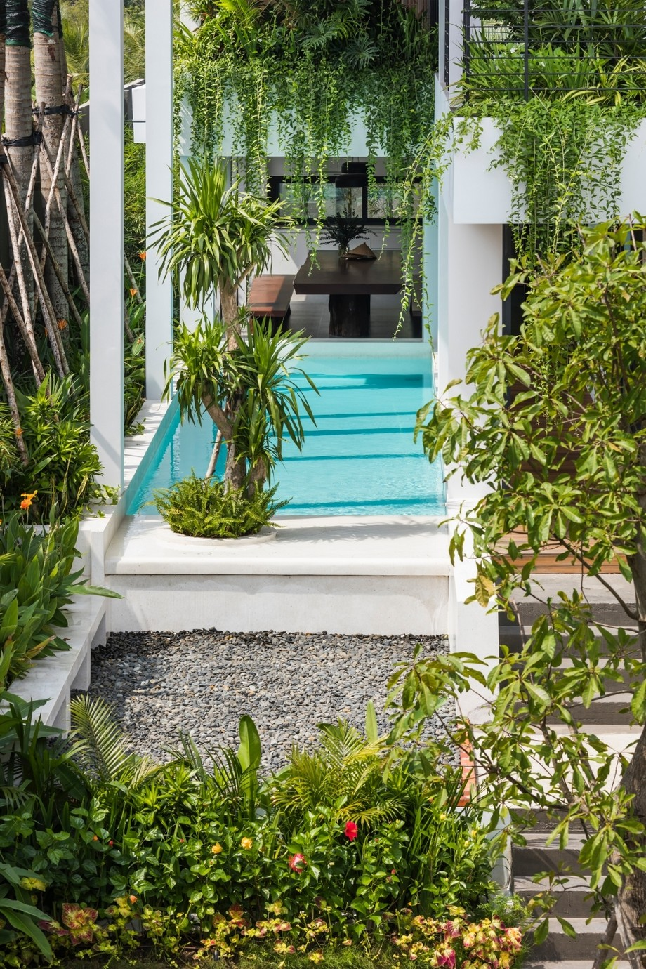 Thiết kế bể bơi trong nhà với hồ nước trong xanh