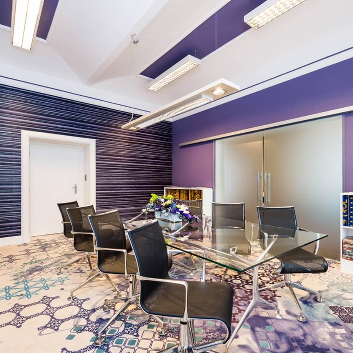 Thiết kế văn phòng lãng mạn với sơn tường màu tím
