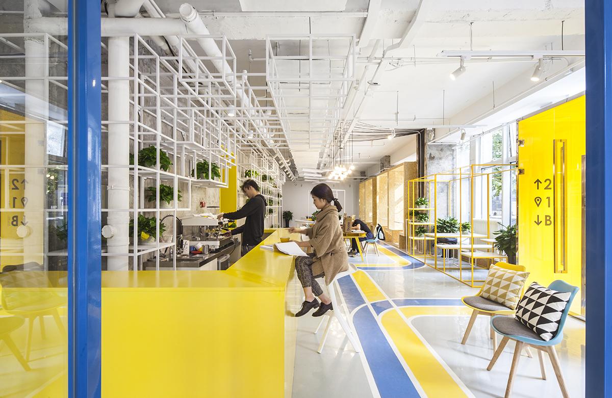 Thiết kế văn phòng với tường và nội thất sơn màu vàng